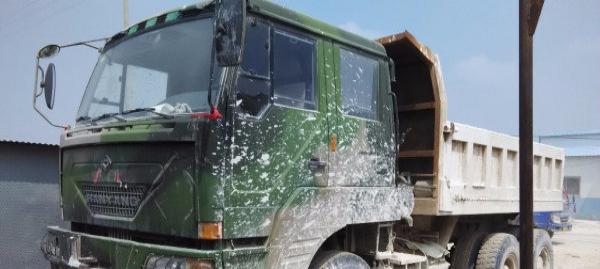 部队退役全驱动后八轮重型自卸车。