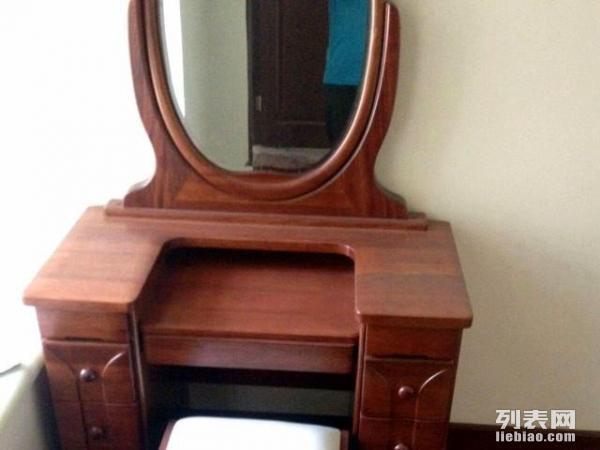 详细情况梳妆台是沈阳舒丽雅的实木梳妆台,有配套的实木小凳,海棠木,款式美观,几个小抽屉的设计特别实用。家里为新房新买的家具,还没搬家哪,所以是100%新的啊。  实木梳妆台+实木小凳卖3000元 ,送给你的她是不错的选择。 购买以上家具可以送货上门