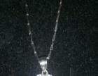 这银项链是我一个月前买的,只带过一次。