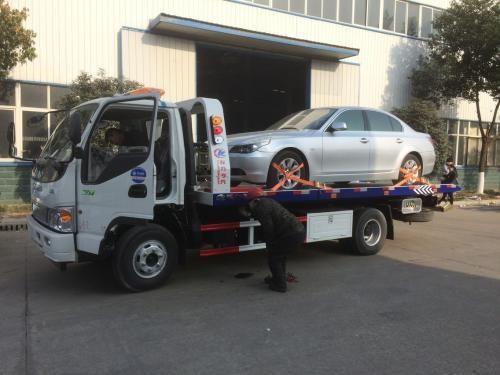 厦门集美杏西路夜间紧急救援拖车搭电补胎蓄电池充电换轮胎上门