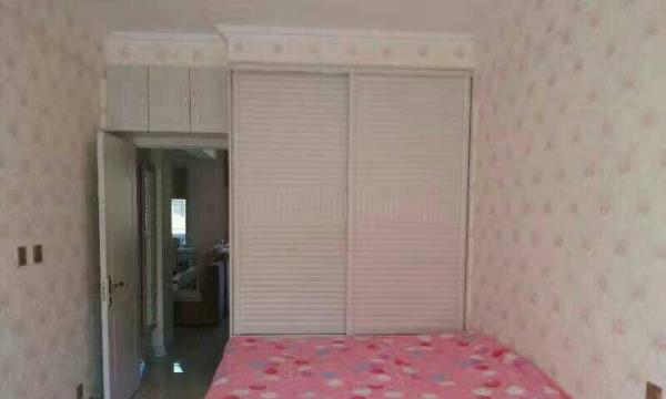 部队大院6楼82平二室一厅中装年付7200,可半年付。