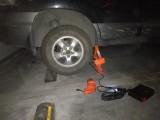 洛阳市24小时流动汽车救援撘电送油换胎拖车电瓶送水脱困