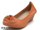 厂家秋季头层牛皮牛筋底休闲坡跟单鞋中跟圆头花朵鞋浅口低帮女鞋