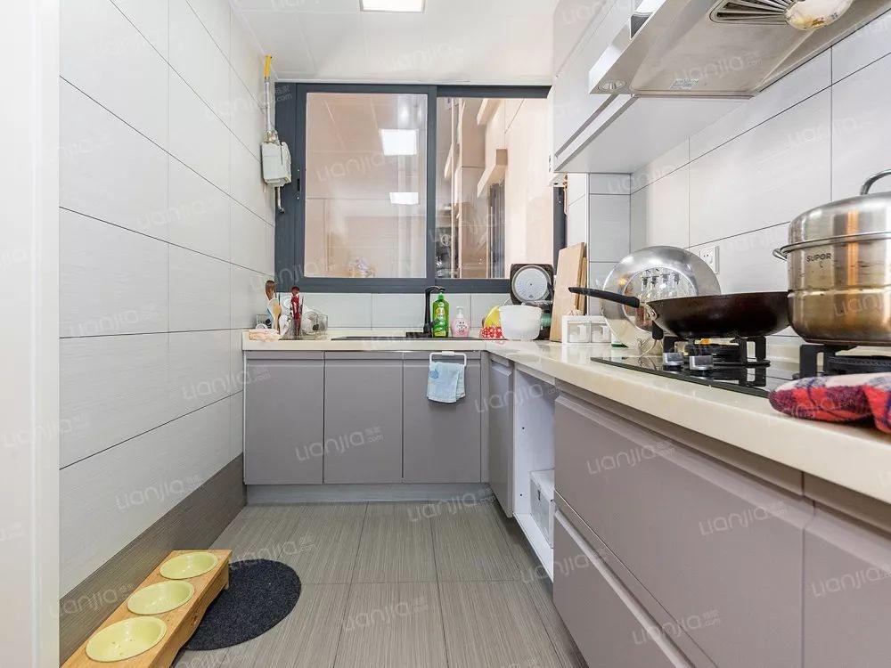 龙胜地铁站 特发和平里 豪装四房二厅 业主急售 价格可谈