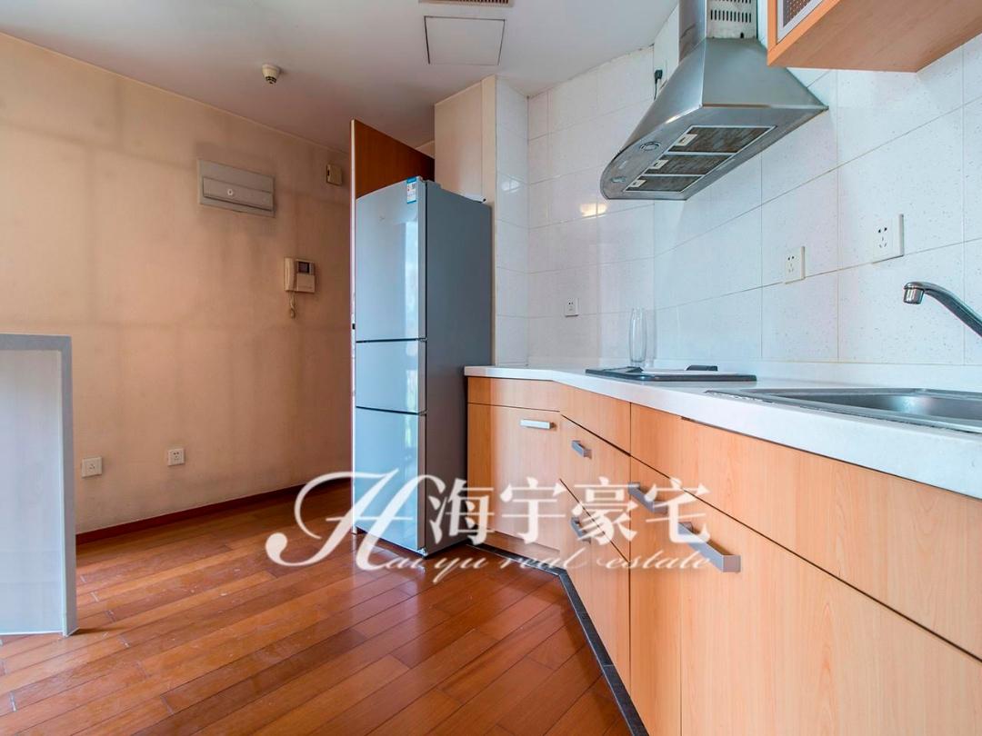 蓝堡精装修一居室+家具家电齐全+实木地板+拎包入住蓝堡国际公寓