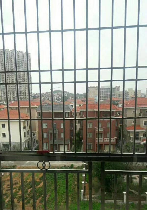 阳东京源上景3房2厅,精装修家具齐全2500元,出入方便。