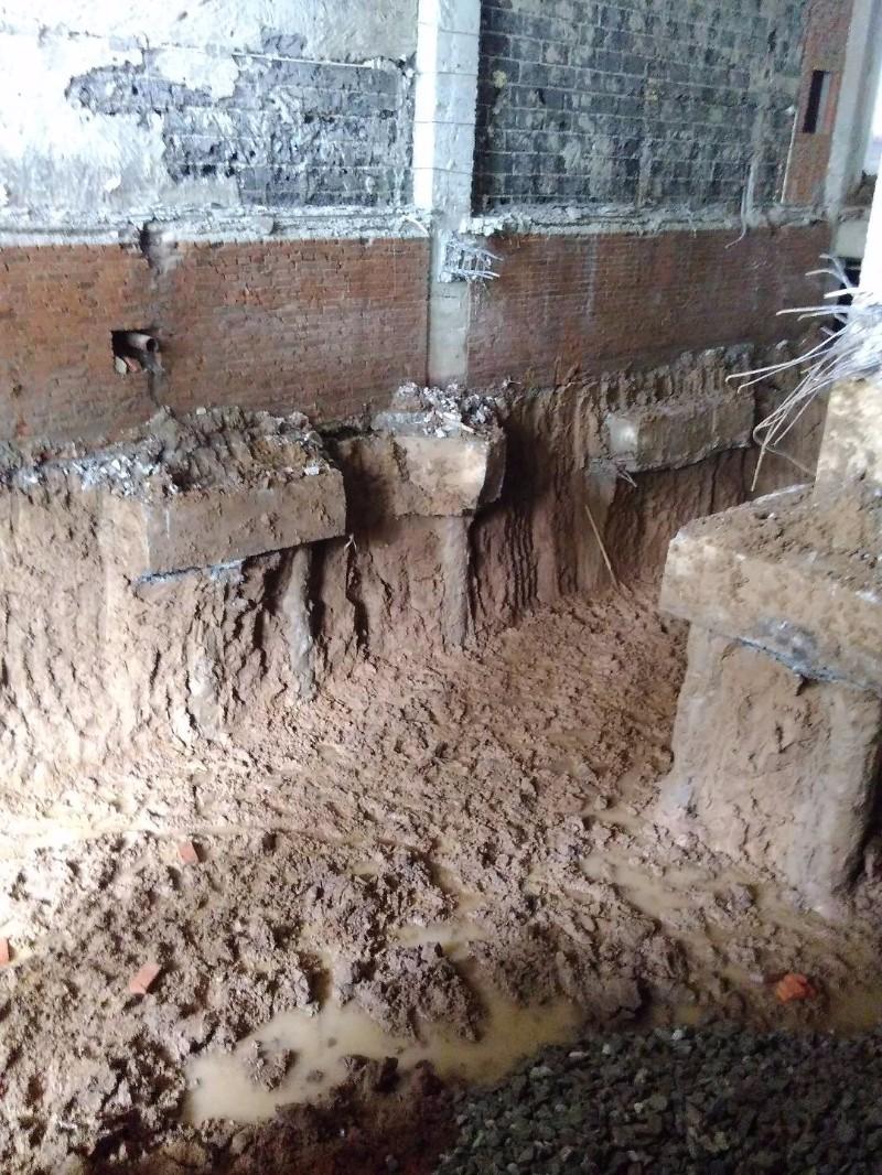 挖地下室地面墙体破碎拆除绿化橡胶履带小钩机破碎挖机