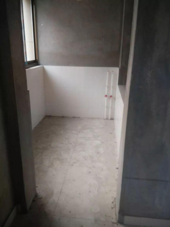 教育小区三楼 精品大三居带车库储藏室138平米 出售49万
