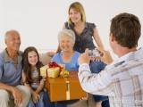 30歲的你要考慮父母養老了,請保姆在家陪護老人的方式更受歡迎