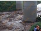 男子钓鱼突遇山洪暴发 被困河中心