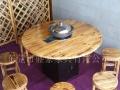 碳化木火锅餐桌,实木餐桌,长凳,短等,实木椅子,铁锅,胶椅。