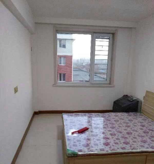 水岸华城10楼75平二室一厅精装包暧年付9000。
