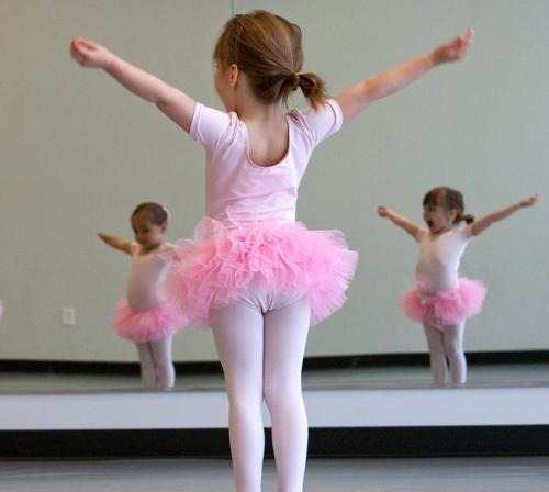 上舞蹈课为什么盘头发和统一服装