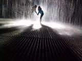 浪漫雨屋出租雨中前行,雨隨你動而停