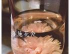 水中绽放的玫瑰花