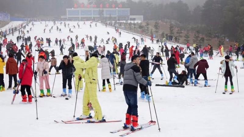 武汉冬天泡温泉团建+咸宁周边九宫山滑雪拓展,太乙温泉年会拓展