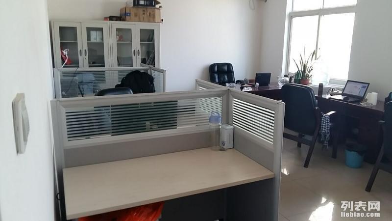 合租小型办公室或出租工位紧邻地铁200米