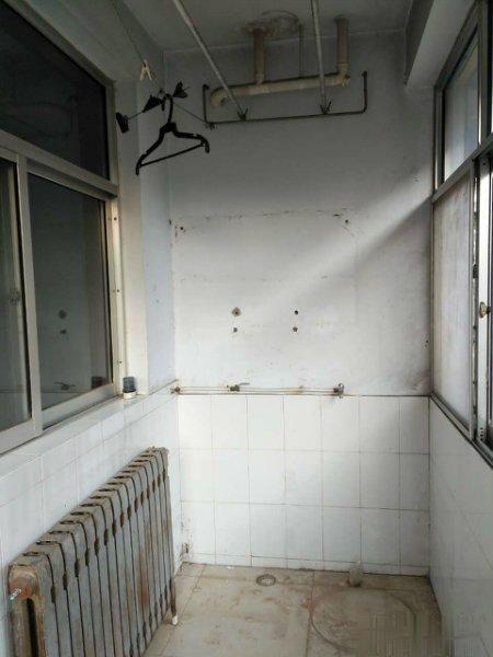 花园小区 高一楼 小三室 配合贷款 送储藏室 临山小学