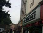 小区门口,沃尔玛旁边临街餐饮旺铺,对面又有酒店