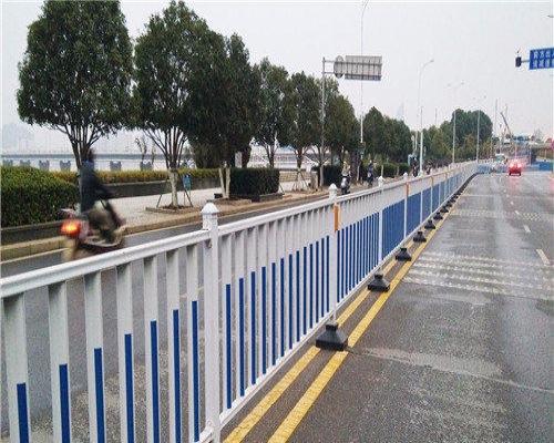 专业安装道路护栏、小区护栏、宣传栏、交通设施