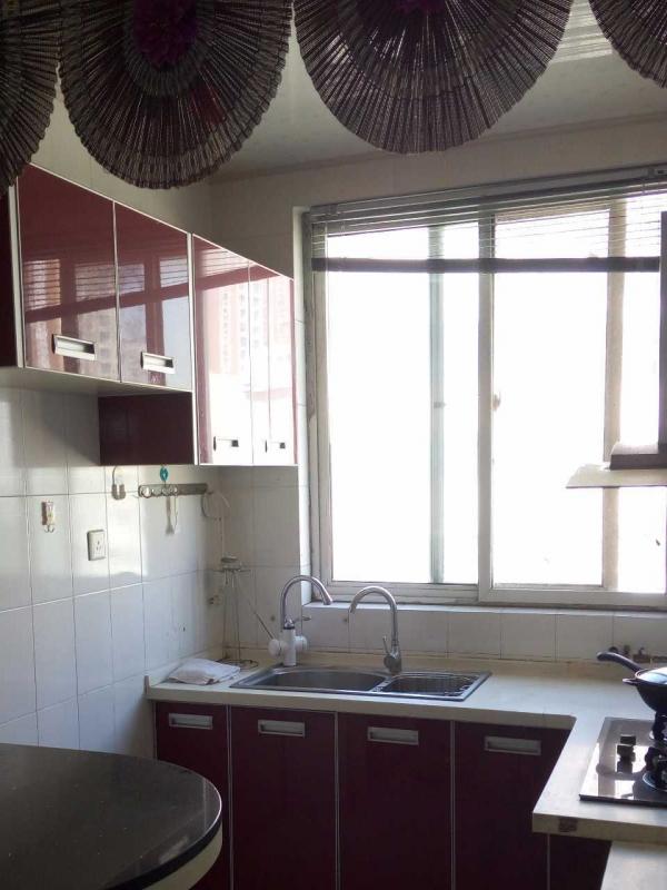 限女生实验高中对面德信泉楼上1室1厅1卫1露台包宽带