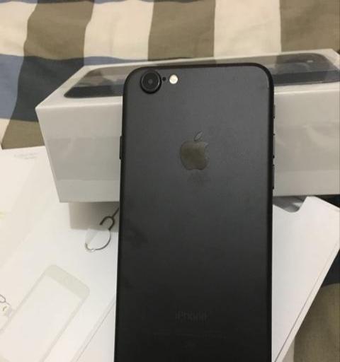 苹果7磨砂黑128国行发票配件齐全。