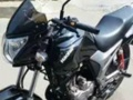 钤木爽跨骑摩托车