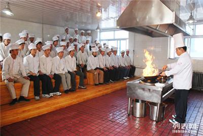 虎振学厨师一年学费多少 虎振学厨师费用多少包吃住吗