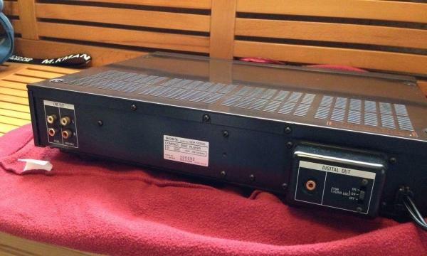 原装日本产,100V电压,机器状态极佳,读碟秒杀。此机为当年SONY公司的旗舰级CD机,发烧料处处可见,每颗电容电阻都是精选,这款机也是一流的转盘,用的是索尼不死光头BU-1E,读碟秒杀所以基本不用担心光头老化,双PCM53JP-V解码芯片双模拟带同轴输出。成色极佳!重9.3公斤!图片为实物照,一手自用,诚信交易,保证无修无摩,机器一切使用正常,带原装遥控及说明书,非诚勿扰!同城现场交易!升级转让!不邮寄!