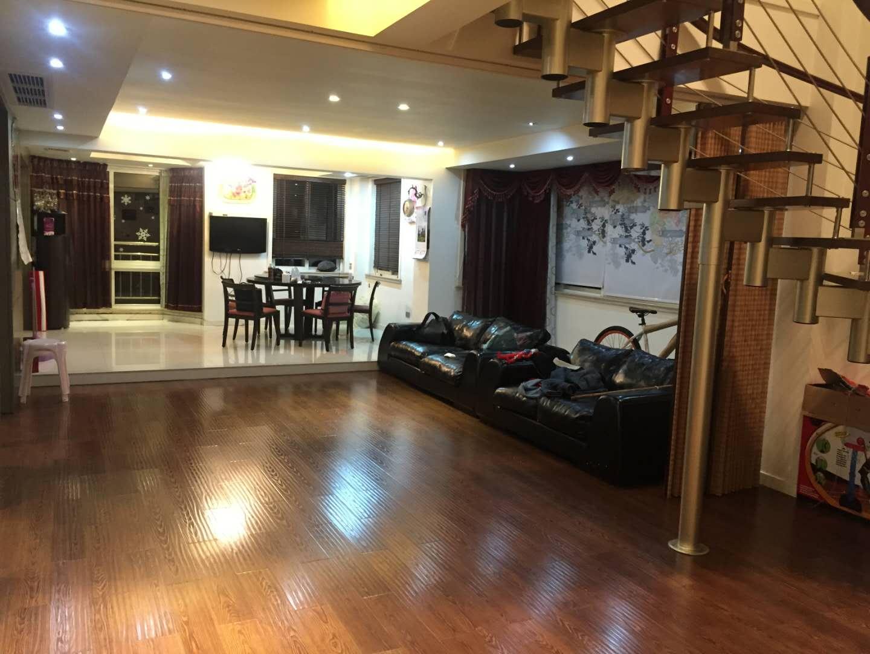 西岑公寓东边间豪装200万,三跃,还送80平露台,房东仅