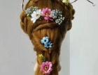大量明亮的色系,搭配抽丝发型,鲜花和蝴蝶的头饰在新娘发丝