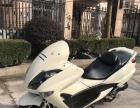 转一辆白色踏板摩托车