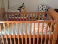 婴儿床坚持选用进口新西兰松木做原料,严格按照国际A类标准