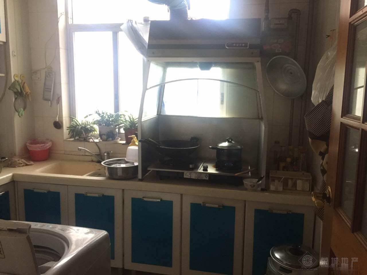春城路上海沙龙对面云铝小区三室精装修满两年出售75万