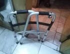 病人需用的带滚轮的- 助步器