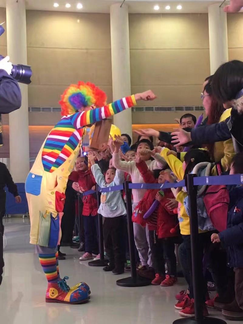 成都宝宝宴儿童派对策划气球布置 成都小丑表演成都泡泡表演变脸