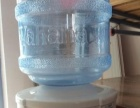 九成新美的饮水机加娃哈哈桶,45元。