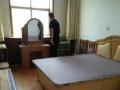 百大三区三楼65平中等装修带家具家电出租一年8000元