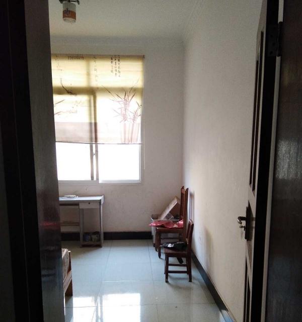 顺庆北湖公园南充市党校 4室2厅 次卧 朝东 简单装修