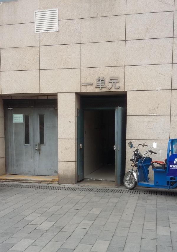 急租保百附近 写字楼 上下两层 中央空调 市中心位置 房干净