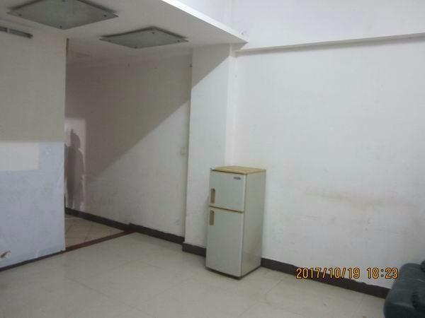 私人直租三乡镇中心华丰花园2楼1房1厅1厨1卫 1室 1厅真实: 私 人 直 租
