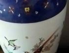 瓷器的花瓶装饰十分漂亮