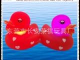 荣祺玩具厂供应 经典大红色鸭子印满桃心 水上漂浮可发光