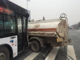 乌奎高速呼图壁县至昌吉交汇处发生一起交通事故,造成危险品泄漏