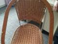 八成新桌子和椅子,