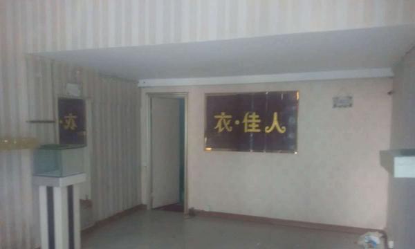 一楼是铺面,有一个阁楼,二楼有一个客厅和一个房间,三楼有一间精装修