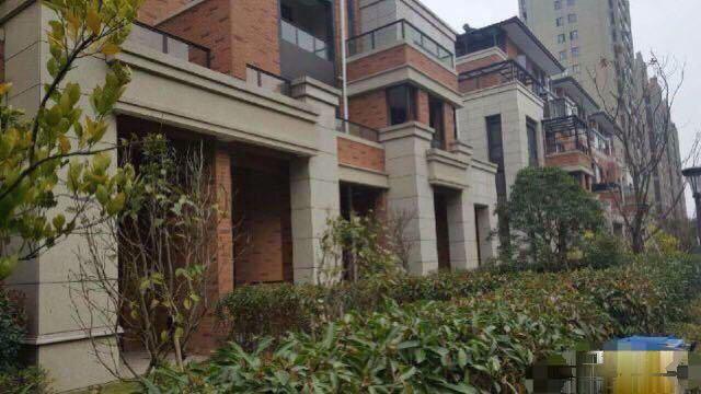 鑫鼎花园叠式排屋205平方送私家花园地下室套房的价格别墅