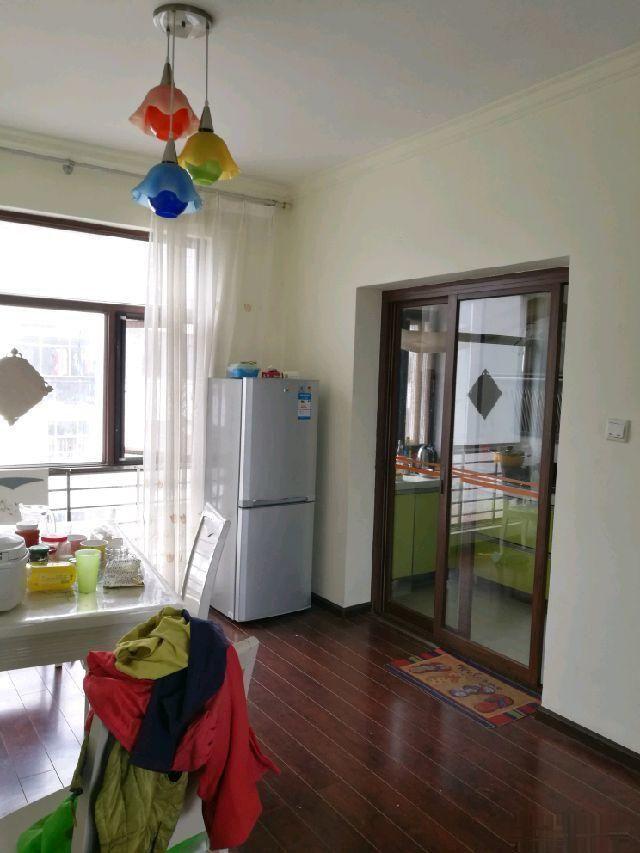 玉龙位置的小区4楼精装大三室3600元/平米拿走