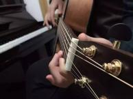 青岛酒吧歌手吉他弹唱培训 青岛边弹边唱培训