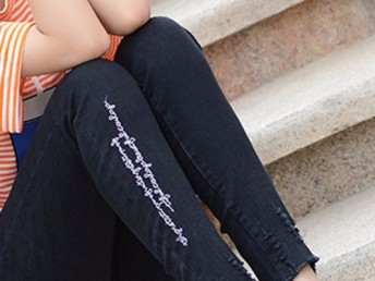 哪里最新最爆款江湖地摊新品女式牛仔裤批发韩版宽松刺绣牛仔裤